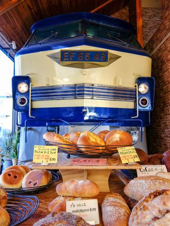 こちらのお店には電気機関車が展示してあり、それを目当てに訪れるお客さんも多いのだとか◎そのお客さんたちもパンの美味しさに魅了され、リピーターさんになる方がほとんど。鉄道ファンもパン好きさんも、大満足のお店です。