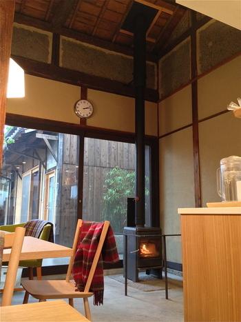 店内のカフェスペースには暖炉もあり落ち着いた雰囲気。ゆったりと寛げます。カフェでいただける飲み物はパンに合うものを厳選しているそうです◎