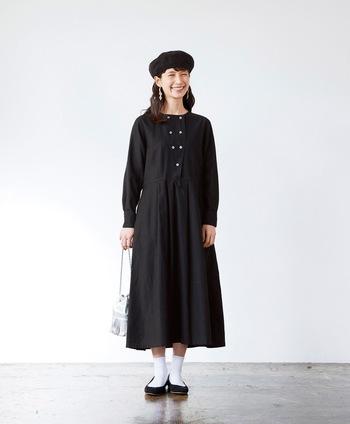こちらも同じく人気の魔女シリーズのもの。「パン屋さんの魔女ワンピース」というネーミングからもわかるように、、コックコートをモチーフにしているようなデザインが特徴。着丈が長いので、こちらも一枚でスタイルが完成されてしまうワンピースです。