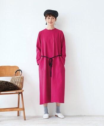 いくつになってもピンクのワンピースは憧れ!だけどいざ着るとなると…と躊躇してしまう方も多いはず。こちらはストンとしたシルエットとウエストの黒いリボンベルトで、ピンクの甘さを抑えたもの。お値段がリーズナブルなので、ピンクを試してみたい方にはおすすめです!カットソー素材で着やすいのも◎。