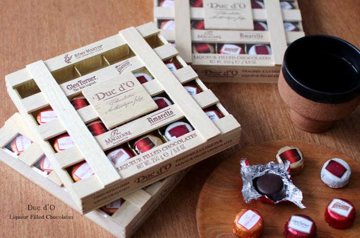 チョコレートの中に砂糖をコーティングしたリキュールが詰まった、まさに大人のためのチョコレート。レミーマルタンコニャック、アマレット、コアントローなど5種類のリキュールを使っています。ウイスキーの樽のような木箱が雰囲気たっぷりで、お酒好きな方へに喜んでもらえそうです。