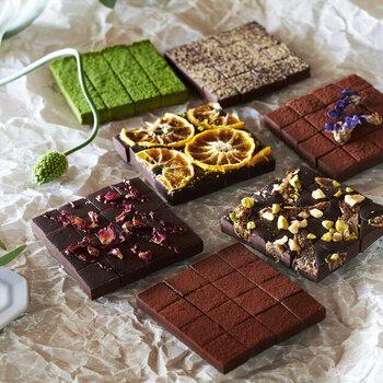 乳化剤、乳製品、白砂糖不使用で作られたヴィーガン生チョコレート。白砂糖の代わりにメープルシロップ、生クリームの代わりに自家製カシューナッツミルクを使っています。アールグレイやマンダリンオレンジ、ローズ&ラズベリーなど見た目も華やかで、7種類のフレーバーから3種類セレクト可能です。