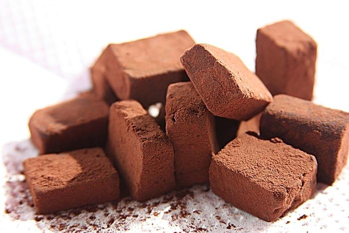 こちらの生ショコラは、ベルギーの最高級クーベルチュールやオーガニックの豆乳を使っています。添加物不使用で、カロリーや脂肪分も抑えヘルシーなのも嬉しいポイント。なめらかで上品な味わいは、何個でも食べられそうです。