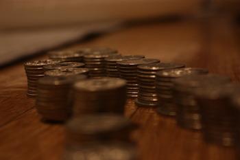 貯金箱を開けた後ほとんどの場合は、小銭をお札に変えたり、一度通帳に入れたりしたいですよね。でも、大量の小銭をATMに投入するのは、詰まりの原因になったり、処理するのに時間がかかって後ろの方の迷惑になってしまう事も。出来れば、銀行の窓口が開いている時間に持ち込んで処理してもらいましょう。
