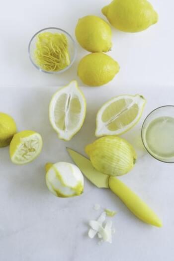 お酢をレモン汁やワインビネガーに変えることで、より幅広いバリエーションを楽しめます。アクセントを加えたいときは、酸味の強いバルサミコ酢を選んでも◎  油には定番のエキストラバージンなどのオリーブオイルを使用すると、まろやかでクセのない味に仕上がりになりますよ。