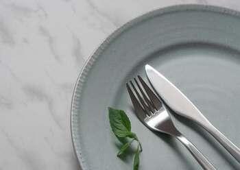 酢の分量にもよりますが、基本的に野菜やフルーツを使ったドレッシングは傷みやすく、賞味期限は短め。さらにノンオイルの卵ドレッシングなどもその日のうちに食べ切りたい種類のひとつです。  腐ってしまったり使いきれなかったりするのを避けるため、作る際は1~2回で食べ切れる分量を心がけると良いですね。