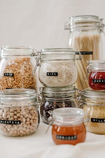 ドレッシングは、乳製品、卵、野菜のなにを使っているかによって消費期限が大きく異なります。それぞれのおおよその目安は、以下を参考にしてみてください。  ◆フレンチ・和風ドレッシング;1ヶ月 →油・酢・塩コショウ・しょうゆ・砂糖など、調味料のみで作られたタイプ  ◆ゴマ・しょうゆマヨドレッシング;3日〜1週間 →マヨネーズを使用して作られたタイプ  ◆オニオン・人参などの野菜ドレッシング;3日程度 →水分の出る生野菜を使用して作られたタイプ  ◆ヨーグルト・茹で卵ドレッシングなど;1日〜2日 →卵や乳製品を使用して作られたタイプ