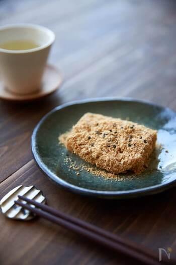 節分のときの煎り大豆を使って、きなこを作るところからスタートする本格レシピです。フードプロセッサーを使えば、とっても簡単に作れますよ。砂糖と塩を混ぜてお餅に絡めたら完成。仕上げに黒ゴマを振りましょう。