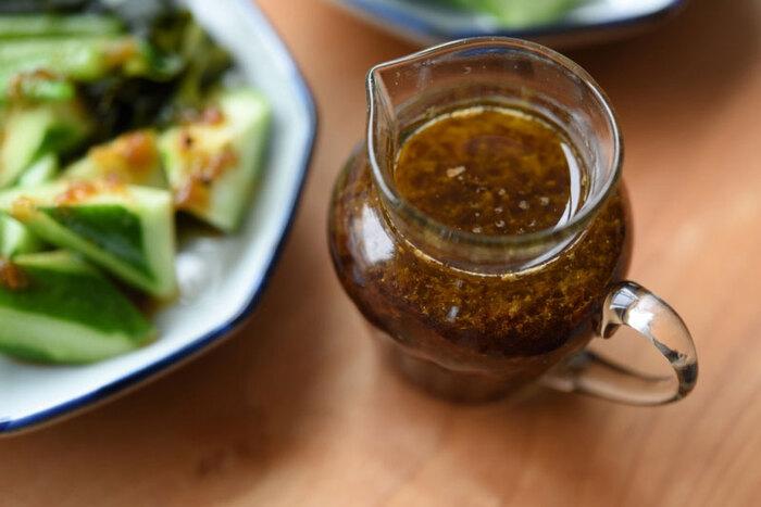 基本のフレンチドレッシングの塩をお醤油に変えるだけで、即席和風ドレッシングに。お好みで砂糖やみりんをプラスすることで酸味が和らぐと同時に、コクも加わります。食材を選ばないので、以下のように幅広いサラダと相性抜群です。  ✓根菜のホットサラダ ✓大根サラダ ✓冷しゃぶサラダ ✓豆腐サラダ