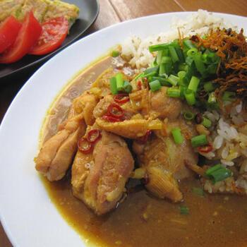 カレーといえば豆カレー。きなこは元々は豆ですから、カレーとの相性も◎。こちらのレシピでは、きなこに醤油を加えてペースト状にしてから使うのがポイント。市販のカレールーに和風だしを合わせた、日本人にとってなじみのあるカレー味です。