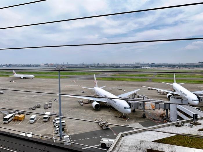 離着陸する飛行機をボーッと眺めながら感じる、東京湾の潮の香りや飛行機のエンジン音は、非日常の空間。天気の良い日は特に、青空の下で快適な時間を過ごすことができますよ。