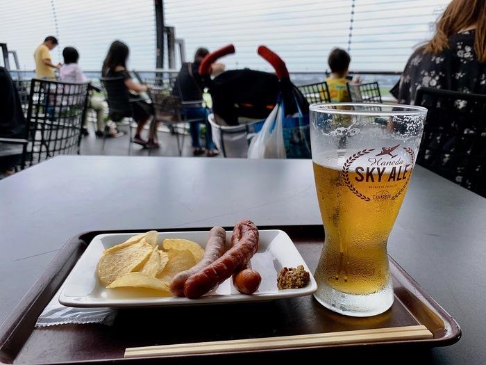 6階の展望デッキエリアにある、アルコールも楽しめるおすすめスポット。メニューは主にアルコールとソーセージやポークカツなどのおつまみ。羽田空港限定で販売されているスカイエールというビールは看板メニューの一つです。