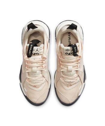 「Jordan Delta(ジョーダンデルタ)」のスニーカーは、レザー、メッシュなどの異素材が絶妙な組み合わせ。ソールには軽い素材が使われているので、ボリュームのあるデザインですが歩きやすさは抜群。控えめなペールトーンに、ロゴやタグのブラックがピリリと引き締めます。