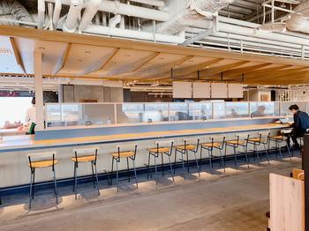 2018年12月、第1ターミナルの5階に新しくオープンした商業エリア「THE HANEDA HOUSE(ザ・ハネダハウス)」の一角に佇む「スターバックスコーヒー」。広々としており、洗練された店内はお一人様用のカウンターも充実しています。ソファ席、テーブル席など気分に合わせた席を選ぶこともできてGOOD。