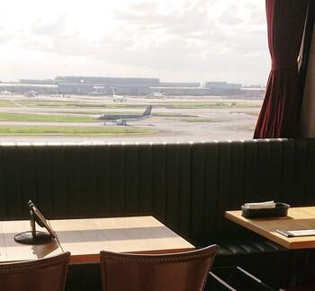 """""""飛行機に乗る人だけではなく、乗らない人も羽田空港を訪れる人々が楽しめる場所を作る""""ということをコンセプトにオープンしました。窓からは飛行機や滑走路が一望できます!"""