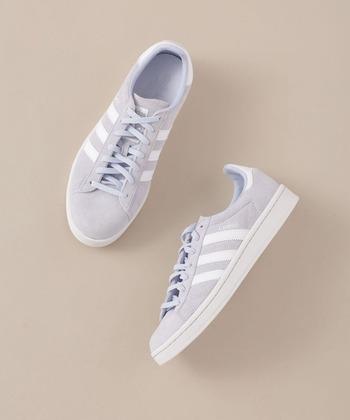 「adidas(アディダス)」のスニーカーは優しいブルーとホワイトのラインが甘さを演出。またプレミアムヌバックをアッパーに使っており、高級感漂う一足です。