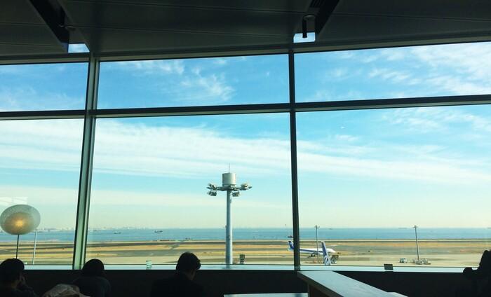 第2ターミナル5階にある「Amici del te(アミーチデルテ)」。展望デッキ階にありますが、外に出ることなくお店まで行くことができるので寒い日や暑い日も快適。オープンな空間にあるので、ちょっとした待ち時間にも利用しやすいですよ。窓辺にはカウンター席もあり、自分だけの空間で空港の眺めを堪能できます!