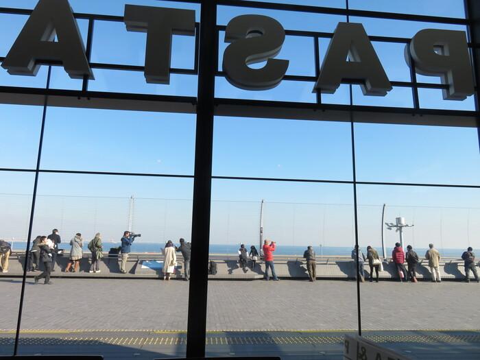 羽田空港国内線第2ターミナルの5階、展望デッキエリアにあるレストラン「CASTELMOLA(カステルモーラ)」。展望デッキに面しているので、お天気の良い日は、青い空と海&離着陸する飛行機という、最高の眺めを楽しむことができます。
