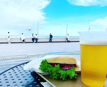 サンドイッチやソフトクリーム、アルコール類などの軽食メニューを食べながら羽田空港の優雅な眺めを楽しみませんか?