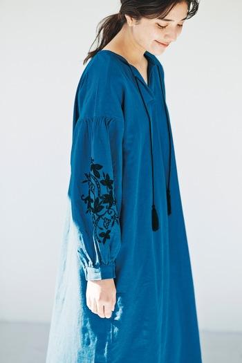 袖に施された黒の刺繍と首元から下がる黒のタッセルに目を奪われるこちらのワンピース。一枚でさらりと着るだけで雰囲気を出せるワンピースです。鮮やかなブルーは清々しい気分にさせてくれそう!さらに刺繍が施されていながらもお値段がリーズナブルなのが驚ですよね。