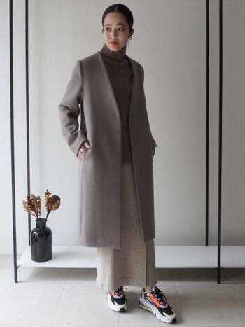 ノーカラーのコートに、同系色のタートルネックとロングスカートを合わせてスタイリッシュに。外しアイテムとしてスニーカーを合わせています。ポップなカラーも服がシックな色合いなので、子どもっぽくならずに取り入れられます。厚底なのでスタイルアップにも。