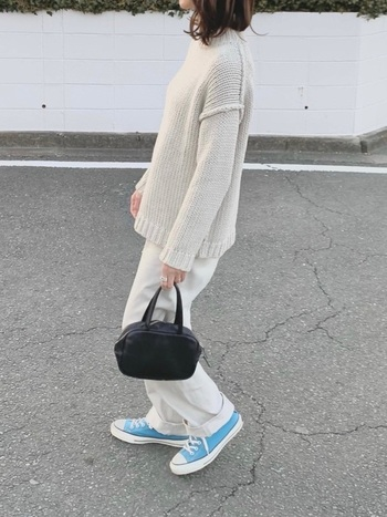 ブルーのスニーカーをアクセントに使ったホワイトコーデ。淡いカラーなのでホワイトコーデの程よいアクセントに。ブラックのバッグが全体を引き締めるポイントになっています。