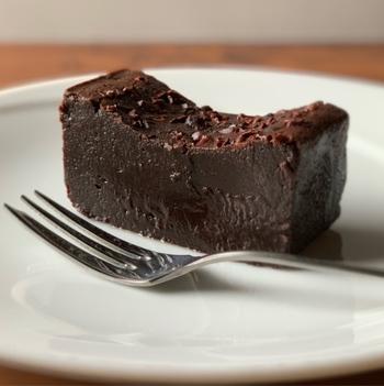 スペイン産のカカオ64%のチョコレートを使用したガトーショコラ。小麦粉不使用で材料もシンプル。生チョコのような濃厚な口当たりで人気です。