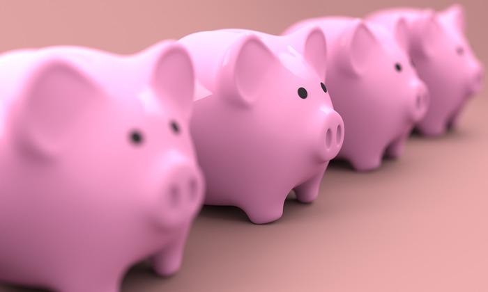 英語ではPiggy bankと呼ばれる貯金箱。その由来には諸説あり、豚は多産の動物で「数が増える」ことから縁起が良いとされたという説や、18世紀のイギリスで陶器を意味するピッグ(pygg)の貯金箱を頼まれた職人が勘違いして豚(pig)の形の貯金箱を作ったのが始まりという説などがある様です。