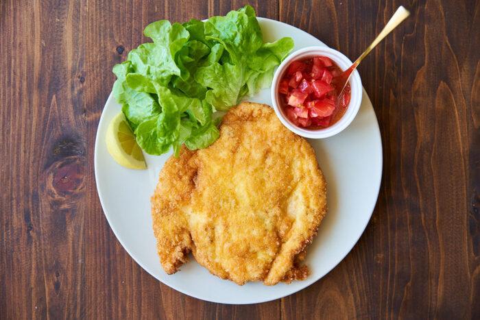 一口大にせず大きなまま調理することで、食卓で切り分けながら食べることができ早食い防止になります。さっぱりした鶏むね肉を叩いて大きくし、こんがり焼き付けることでボリューム感がでます。