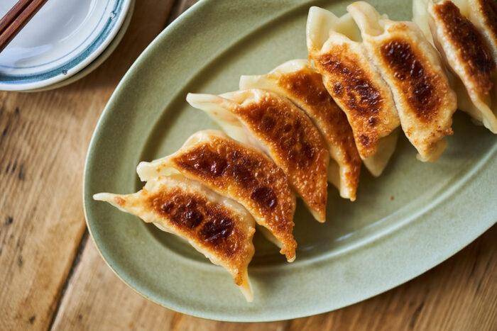 キムチと味噌の発酵食品ダブル使いの1品。加熱で有効な細菌たちは死んでしまいますが、腸内環境を整えるのには有効です。キムチと味噌で旨みたっぷりの餃子ですよ。