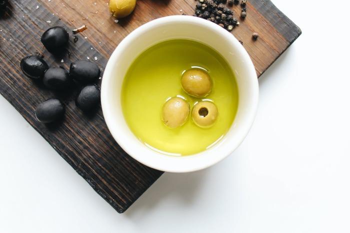 ドレッシングは、《酢:油=1:2》の割合にお好みで塩こしょうを加えたものが基本。味をみながら塩加減を調整できるのも、手作りドレッシングの魅力ですよね。