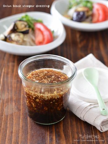 調味料に旨味たっぷりの玉ねぎを漬け込んだ黒酢ドレッシング。ダイエットはもちろん内臓脂肪を減らしたり血圧を下げてくれたりなど、さまざまな健康効果が期待できますよ。