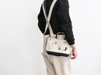 トートバッグとしてはもちろん、ショルダーで斜め掛けもできるマルチなデザイン。ちょっとそこまでのお買い物やお散歩時に活躍します。