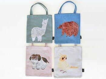 ほっこりかわいい動物たちが織りで表現されたキュートなバッグ。イラストレーターの松尾ミユキさんによるデザインで、温かみのあるタッチで描かれた動物たちの姿はどこかユーモラスです。