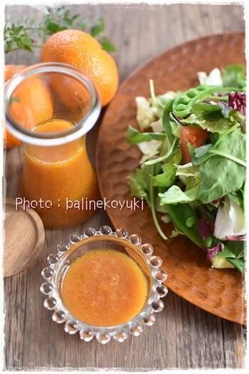りんご酢で果実らしい爽やさを最大限に生かしたみかんドレッシング。にんじんの甘味と塩麹の優しい塩味は、フレッシュなグリーンサラダとの組み合わせがベスト*酸味の強い夏みかんを使っても美味しくいただけますよ。