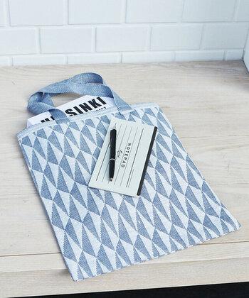 三角形が規則的に並ぶ、グラフィカルでシンプルなデザイン。フィンランドのテキスタイルブランド「LAPUAN KANKURIT(ラプアン カンクリ)」らしい落ち着いたブルーのカラーがどんなシーンにも取り入れやすく、爽やかな印象です。