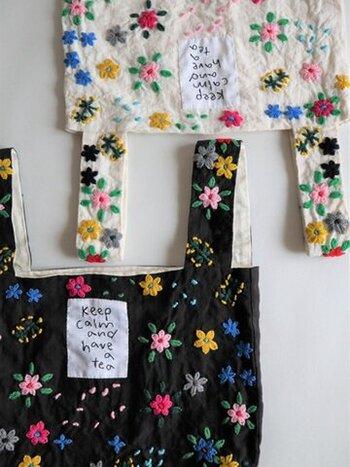 洗いざらしのリネン生地に、毛糸でお花の手刺しゅうを施した、カラフルで元気の出るバッグ。ハンドメイドならではの温もりが感じられ、一針一針に込めた作り手の思いが伝わってくるようです。