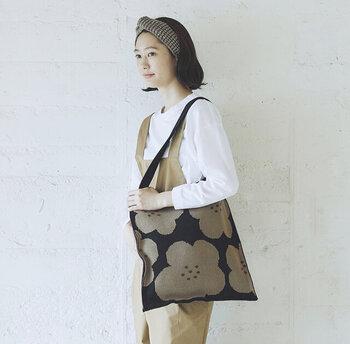 温かみのあるニット素材がかわいいバッグ。織り込まれた大きめの花柄が印象的で、ちょっぴりレトロな雰囲気が素敵。