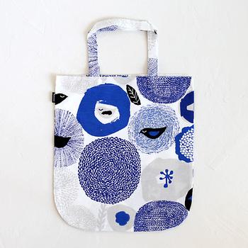 北欧フィンランドのブランド「カウニステ」の、使いやすいファブリック製のトートバッグ。お花や小鳥が描かれたテキスタイルは、北欧ならではの洗練された雰囲気。