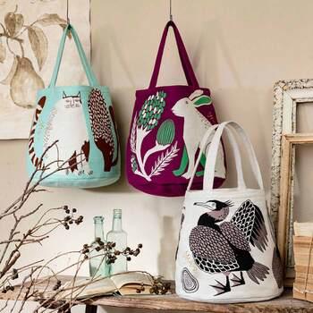人気の挿絵画家MiWさんの描いた動物たちを、織り柄で美しく再現した素敵なバッグ。コロンとした丸みのあるカタチで容量もたっぷりです。