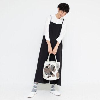 繊細なタッチで細部まで描かれた動物たちの絵柄がインパクト大で、シンプルなコーデに合わせるとバッグが映えます。汚れたら洗濯機で気軽に洗えるコットン素材もうれしい。
