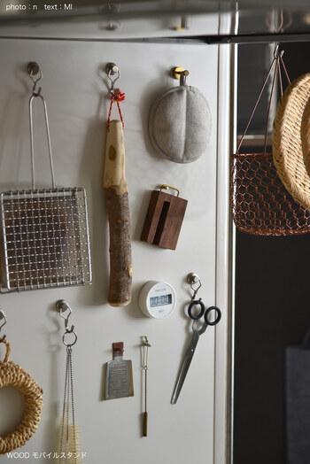 真鍮製のフックは、使わない時にぶら下げて収納するのに役立ってくれます。レシピを見ることが多いなら、キッチンツールと一緒に管理しても良いですね。