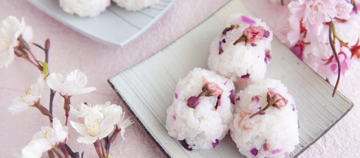 お花見弁当にまず入れたいおにぎりといえば、桜おにぎりではないでしょうか?桜の花の塩漬けは、ほのかな春の香りとともに塩気もきいているので、おにぎりにぴったりです。