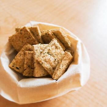生のおからと緑茶の茶葉を混ぜ込んで作る、パリパリの食感のクッキー。食物繊維たっぷりで、後味に緑茶の風味がふんわりと香ります。ダイエット中のヘルシーおやつにもおすすめです。