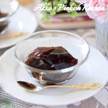 腸内環境改善効果やむくみ解消効果が期待できるプーアル茶の、ほろ苦な風味が大人な薬膳お茶スイーツ。黒砂糖とハチミツのコクが感じられます。茶葉の抽出時間を長くすると苦みが強くなってしまうため、お好みで調整しましょう。