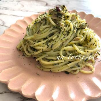 バジルの代わりに、粉砕した緑茶とブロッコリーをベースにしたジェノベーゼソースを作ります。ツナを加えて旨味アップ!ソースと具材、両方に緑茶を使うことで風味がしっかりと感じられます。