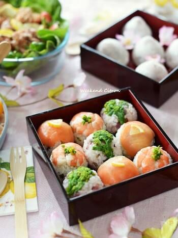 おかずにお肉が多いなら、ご飯ものは魚介を使った手まり寿司にするのもよさそう。海老やサーモンを使えば、色もきれいです。
