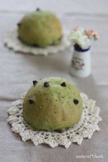 外はカリカリ、中はふわふわと異なる食感が贅沢さを感じさせてくれるスイートブール。抹茶と緑茶の茶葉を混ぜたクッキー生地をのせて焼き上げます。生地に混ぜ込む茶葉は、包丁などで細かくしておくのがポイント。