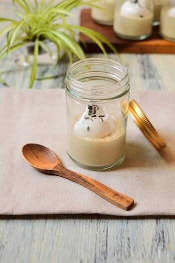 優しい風味の豆乳をベースにしたほうじ茶のパンナコッタのレシピ。ほうじ茶は沸騰させてしまうと香りが飛んでしまうため、蓋をして蒸らすのがコツ。トッピングの生クリームにラム酒を加えて、大人テイストで楽しめます。