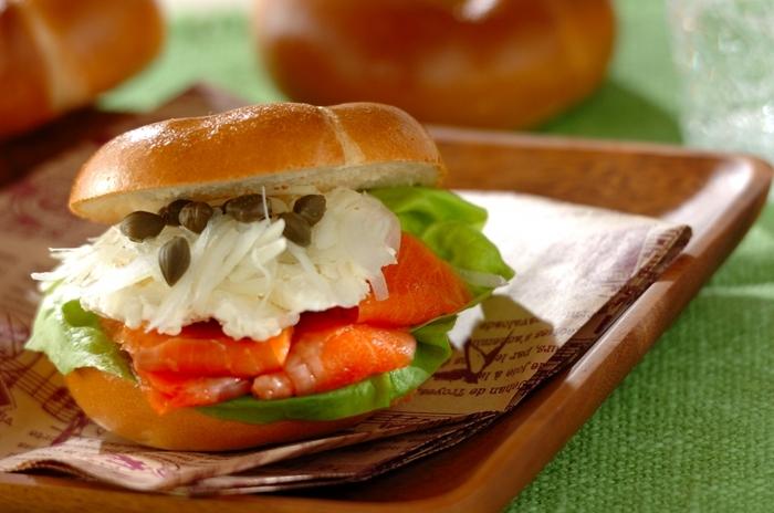 食パンのサンドイッチもおいしいですが、パンの種類を変えるとフレッシュな印象に。こちらは、ベーグルサンド。スモークサンドやクリームチーズを挟むだけで、豪華で特別感のあるサンドイッチになります。